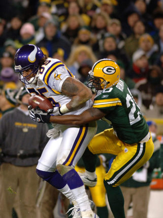 Minnesota Vikings tight end Jermaine Wiggins grabs a pass against the Green Bay Packers at Lambeau Field November 21, 2005 in Green Bay. The Vikings defeated the Packers 20 to 17 in a Monday Night Football game on ABC. (Photo by Al Messerschmidt/Getty Images)