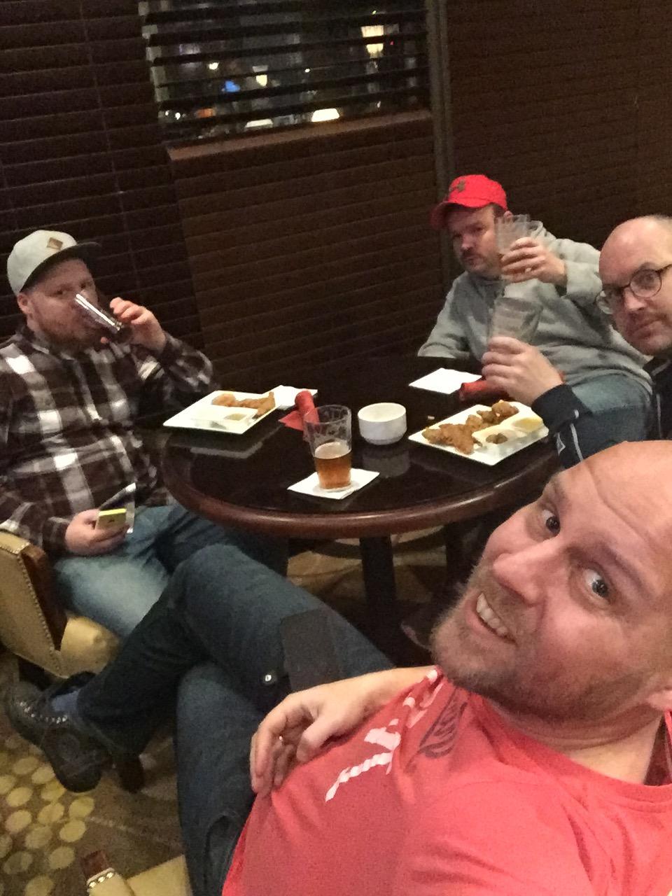 Äntligen framme Washington efter en lång resdag, väl förtjänta av en öl i hotellbaren. Foto: Daniel Croona